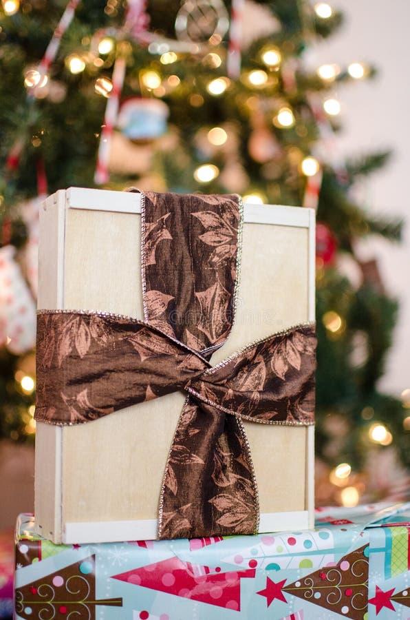 Opinión del retrato de los regalos y de los presentes envueltos de la Navidad imagen de archivo