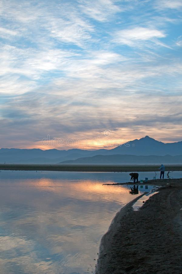 Opinión del ` s del pescador de la salida del sol sobre el lago Isabel en las montañas meridionales de Sierra Nevada en Californi fotos de archivo libres de regalías