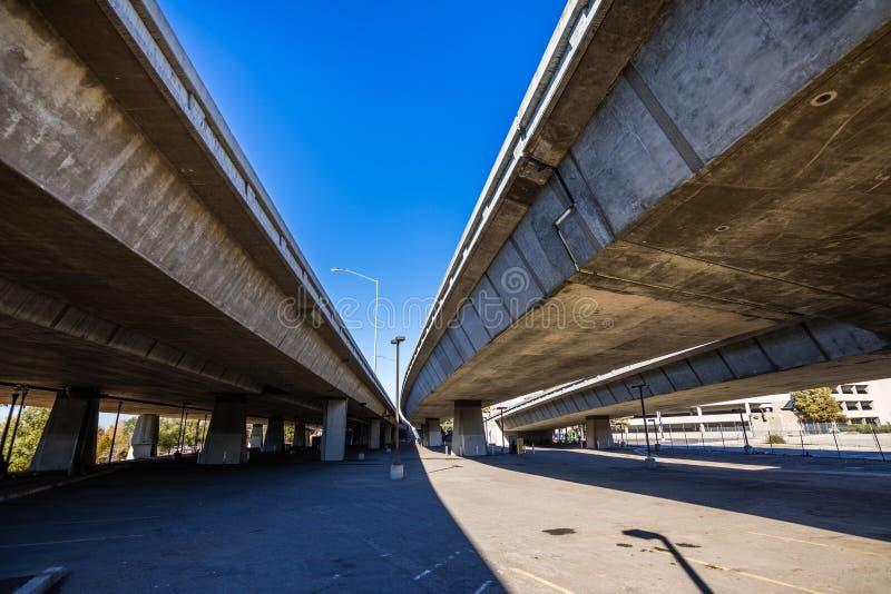 Opinión del superficie inferior del empalme de la autopista sin peaje cercana a San Jose céntrico, tan imagen de archivo libre de regalías