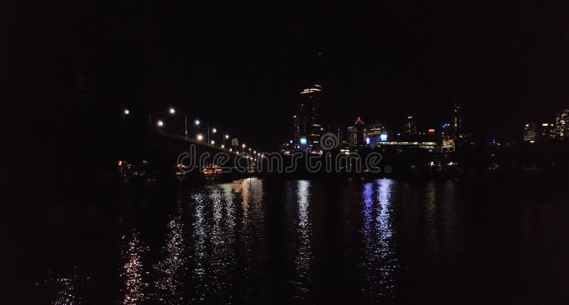 Opinión del sur del río de la noche de la ciudad de BNE foto de archivo libre de regalías