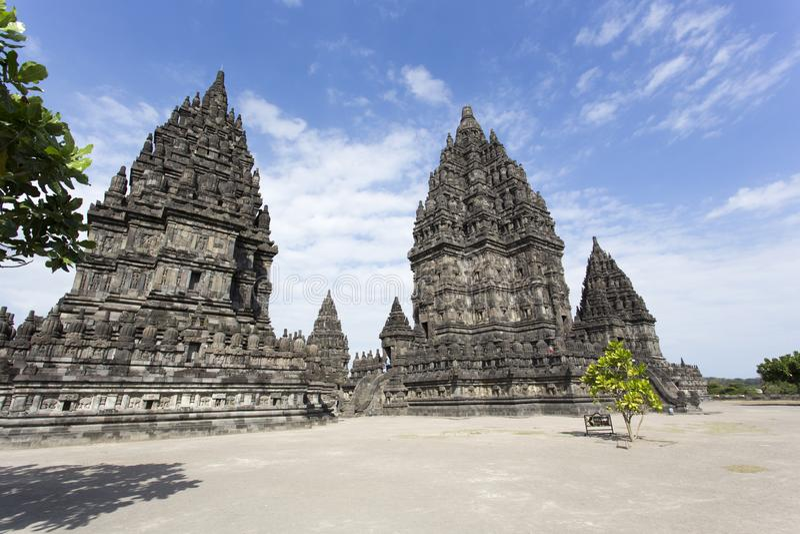 Opinión del templo de Prambanan en un día soleado imagen de archivo