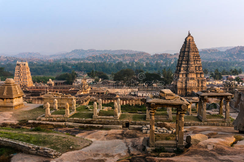 Opinión del templo de Virupaksha de la colina de Hemakuta en la puesta del sol en Hampi, Karnataka, la India imagen de archivo libre de regalías