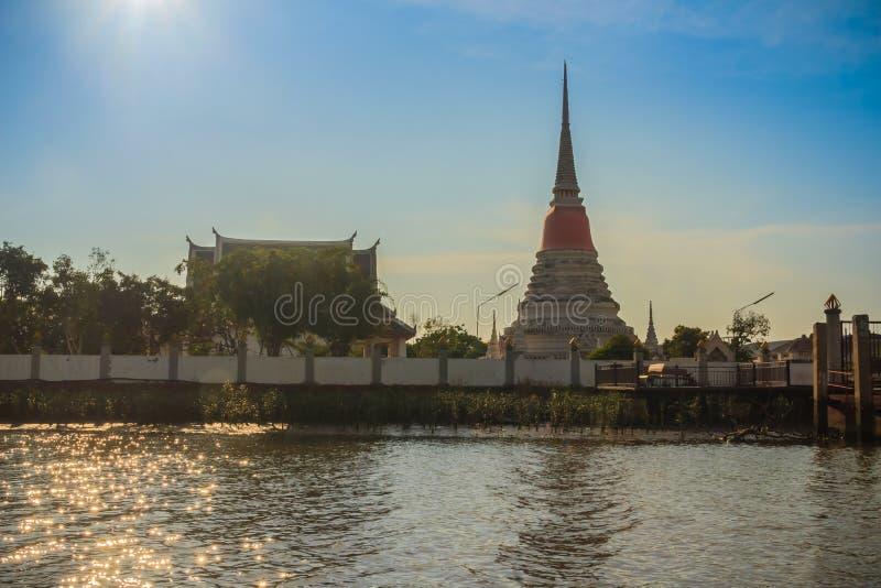Opinión del templo de Wat Phra Samut Chedi del río Chao Phraya, el bea foto de archivo libre de regalías
