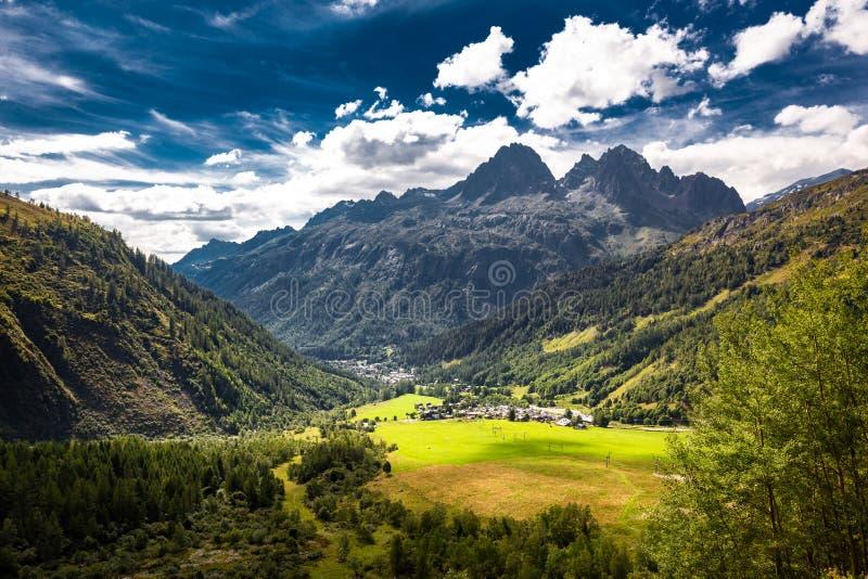 Opinión del valle del pueblo de Le Tour, Chamonix, Francia fotos de archivo