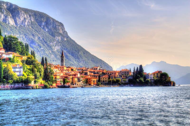 Opinión del verano de Como Italia del lago Varenna imágenes de archivo libres de regalías