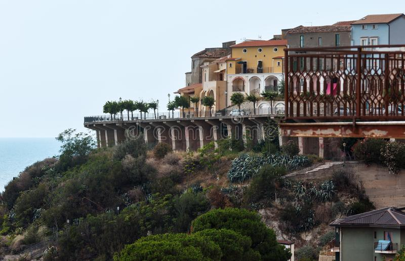 Opinión del verano de la 'promenade' de la ciudad de San Lucido, Cosenza, Italia imagen de archivo libre de regalías