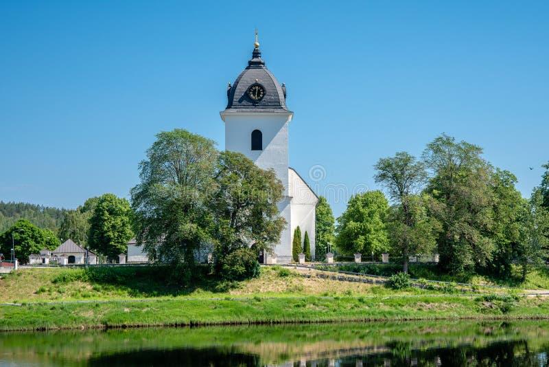 Opinión del verano de una iglesia de piedra blanca en Husby Suecia imagen de archivo libre de regalías