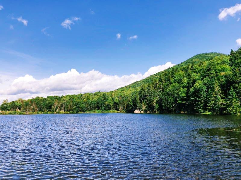 Opinión del verano del lago Saco en Crawford Notch imagenes de archivo
