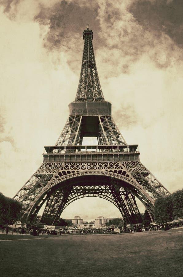 Opinión del vintage de la torre Eiffel en París - Francia imagenes de archivo