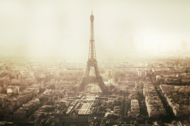 Opinión del vintage de la torre Eiffel en París - Francia foto de archivo libre de regalías