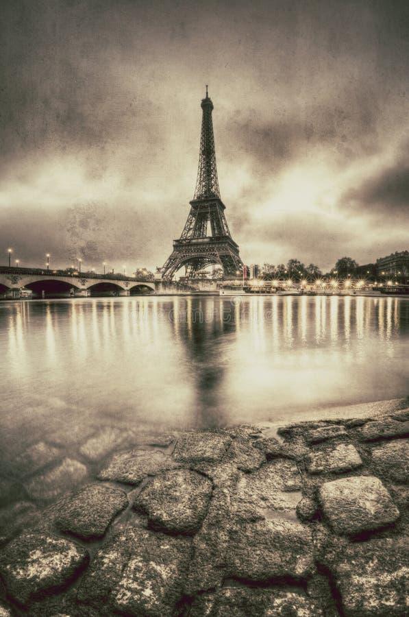 Opinión del vintage de la torre Eiffel en París - Francia fotos de archivo libres de regalías