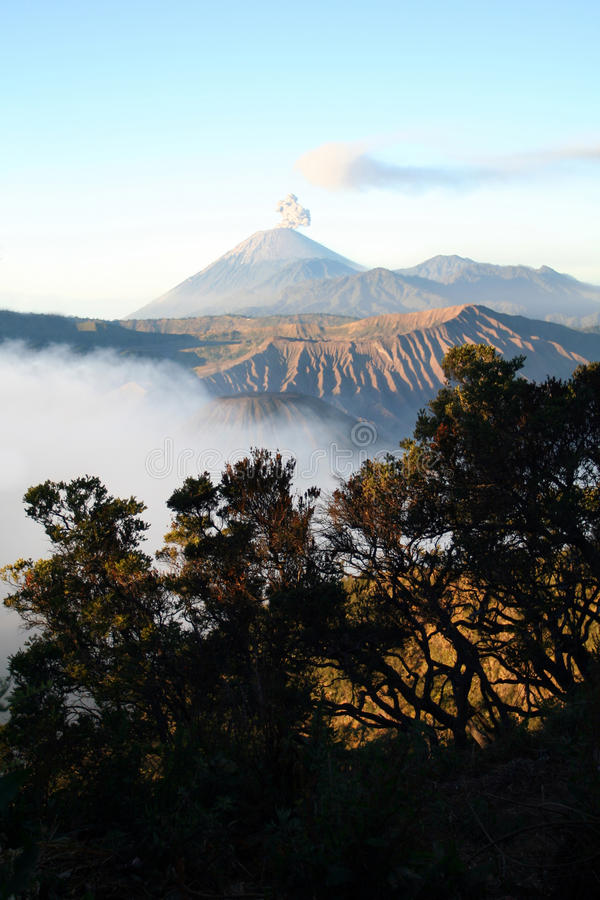 Opinión del volcán de Semeru fotos de archivo
