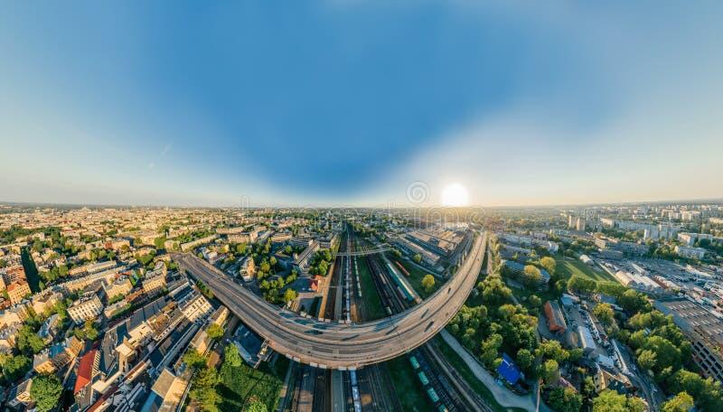 Opinión del vr de la esfera 360 del abejón del camino del puente y del tren de Riga de la ciudad fotos de archivo