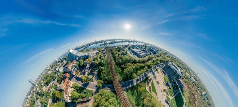 Opinión del vr de la esfera 360 del abejón de los ferrocarriles y de los trenes de Riga de la ciudad fotografía de archivo