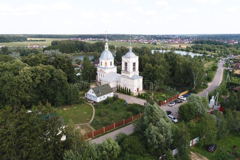 Opinión del vuelo del abejón de la iglesia de la transfiguración, pueblo de los balnearios-Prognanye fotos de archivo libres de regalías