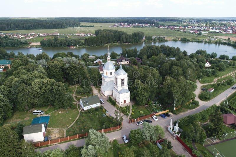 Opinión del vuelo del abejón de la iglesia de la transfiguración, pueblo de los balnearios-Prognanye fotografía de archivo