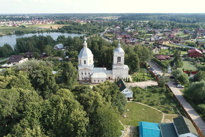 Opinión del vuelo del abejón de la iglesia de la transfiguración, pueblo de los balnearios-Prognanye imágenes de archivo libres de regalías