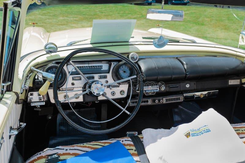 Opinión delantera asombrosa del primer del panel clásico del tablero de instrumentos del coche del vintage fotografía de archivo