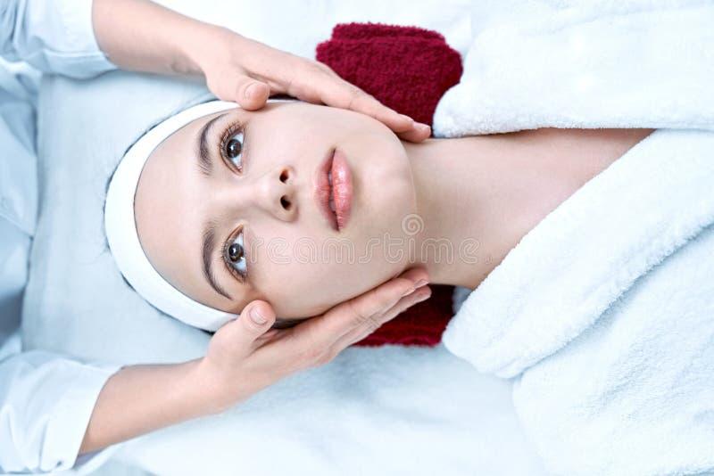 Opinión desde arriba de la mujer que se relaja durante el masaje de la cara fotos de archivo libres de regalías