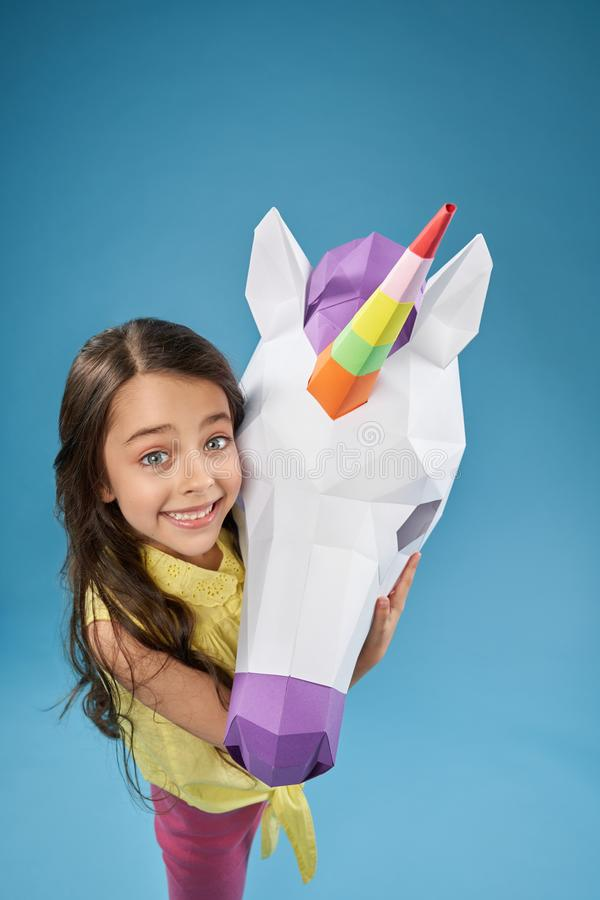 Opinión desde arriba del niño feliz que guarda unicornio del papel foto de archivo libre de regalías