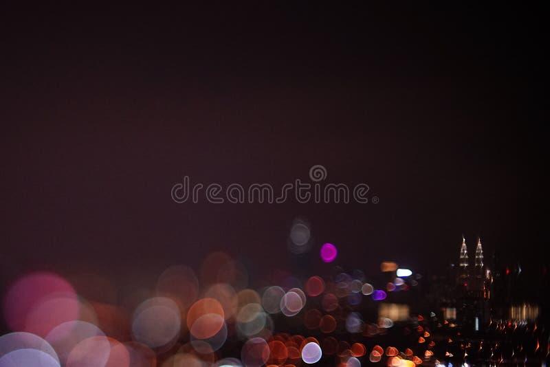 Opinión dramática borrosa de la noche de la ciudad con el extracto del LED, de las luces de neón y del bokeh hermoso foto de archivo libre de regalías