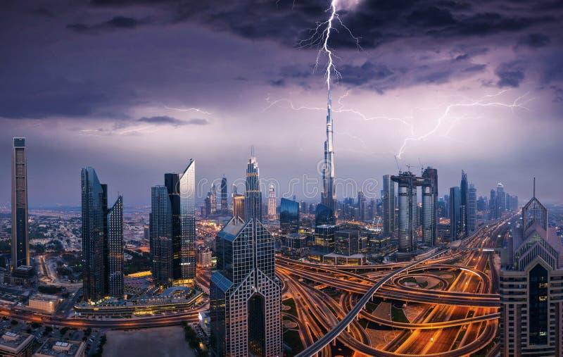 Opinión dramática de Dubai del centro de la ciudad con el relámpago foto de archivo libre de regalías