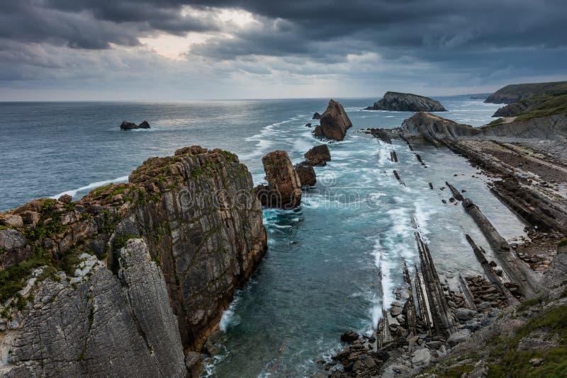 Opinión dramática Playa de la Arnia, Cantabria, España fotografía de archivo