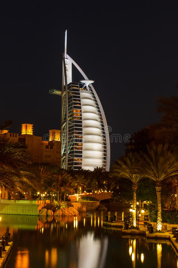 Opinión el árabe del Al de Burj del hotel de Souk Madinat Jumeirah imagen de archivo libre de regalías