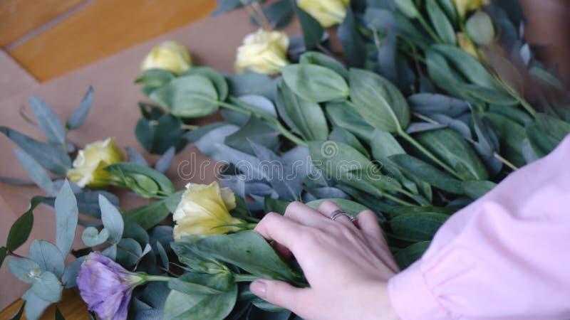 Opinión el florista que arregla el bouqet en floristería imagen de archivo libre de regalías