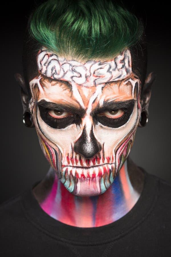Opinión el hombre con el pelo verde y el maquillaje de Halloween imagenes de archivo