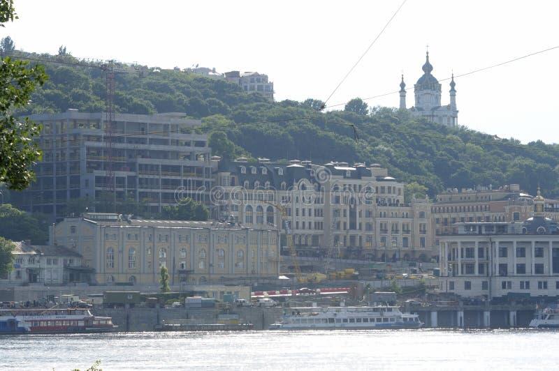 Opinión el lado derecho del río de Dnieper, orilla, barco de placer que flota en el agua imagen de archivo