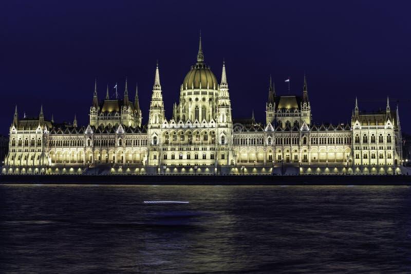 Opinión el parlamento de Budapest en la oscuridad con sus tejados en la hora azul, Hungría fotografía de archivo libre de regalías