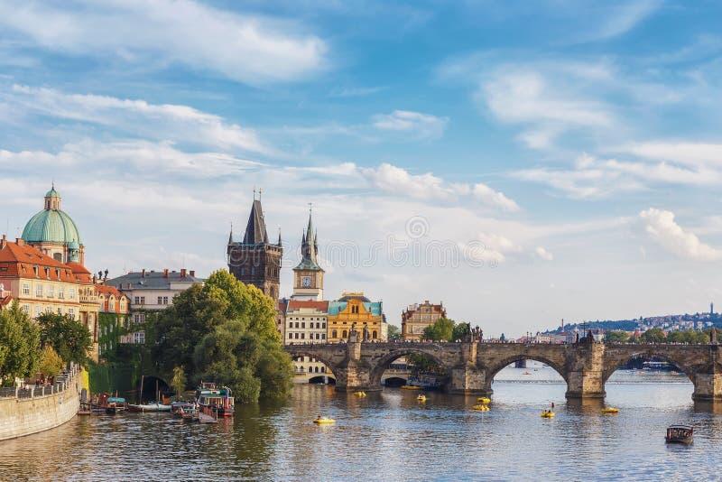 Opinión el río y Charles Bridge de Moldava praga República Checa foto de archivo libre de regalías