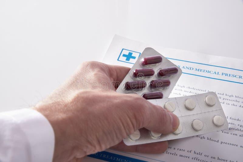 Opinión elevada drogas que prescribe del doctor imágenes de archivo libres de regalías