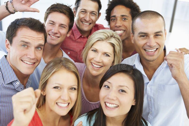 Opinión elevada hombres de negocios felices y positivos en ropa informal fotografía de archivo libre de regalías