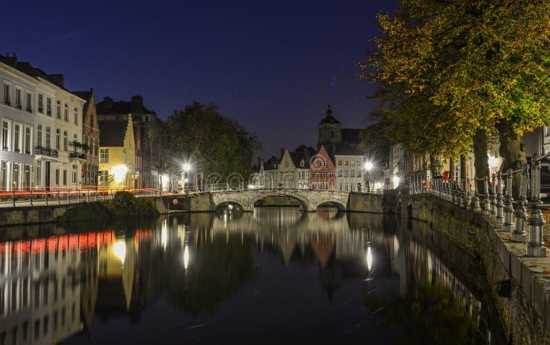 Opinión escénica de la ciudad del canal de Brujas en la noche foto de archivo libre de regalías