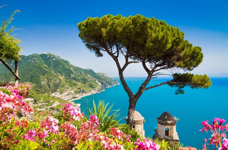Opinión escénica de la costa famosa de Amalfi, Campania, Italia de la imagen-postal fotografía de archivo libre de regalías