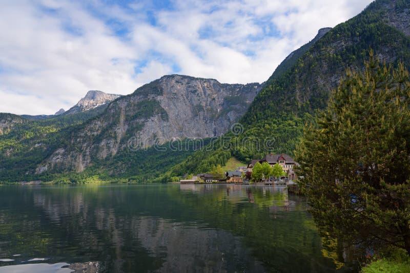 Opinión escénica de la imagen-postal de casas de madera viejas tradicionales en el pueblo de montaña famoso de Hallstatt en el la imagenes de archivo