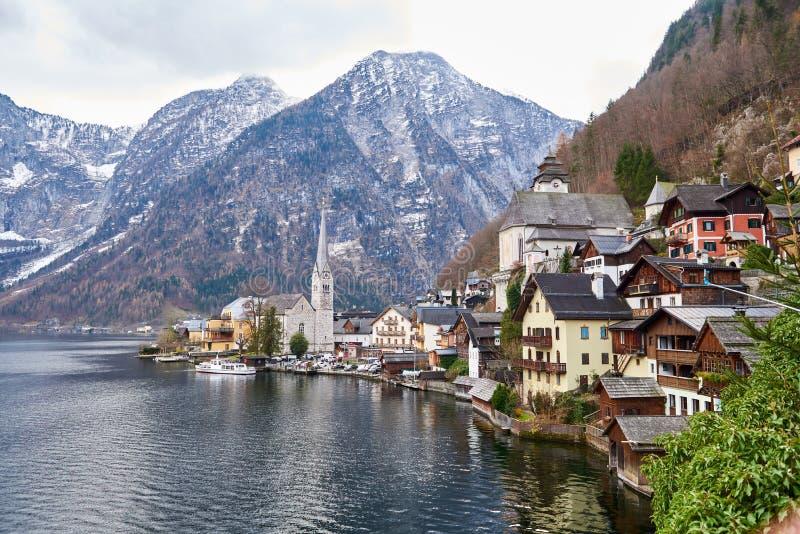 Opinión escénica de la imagen-postal del pueblo de montaña famoso de Hallstatt en las montañas austríacas Hermosa vista en otoño fotografía de archivo libre de regalías