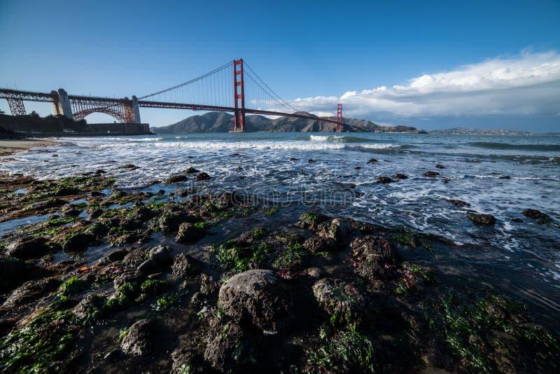 Opinión escénica de la naturaleza a puente Golden Gate en San Francisco Bay Area imagen de archivo libre de regalías