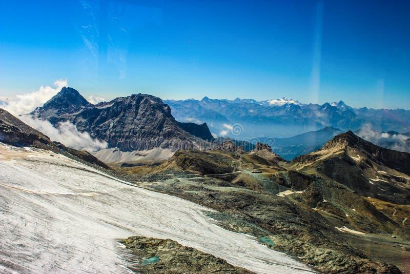 Opinión escénica del camino de la montaña en las montañas fotografía de archivo