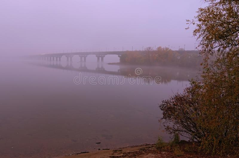 Opinión escénica del otoño del puente de Paton cubierta en niebla durante salida del sol Kyiv Kiev, Ucrania imagenes de archivo
