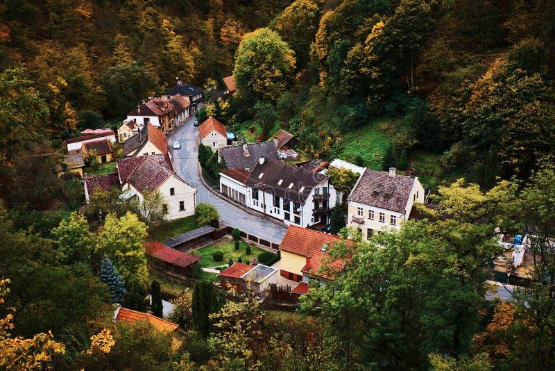 Opinión escénica del paisaje de las casas pintorescas del pueblo rural en el valle del bosque de la montaña en otoño en la puesta imagen de archivo libre de regalías