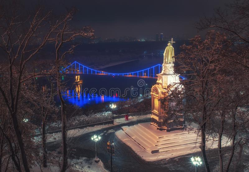 Opinión escénica el santo Vladimir Monument contra el contexto del río en la noche del invierno, Kiev, Ucrania de Dnieper fotos de archivo libres de regalías