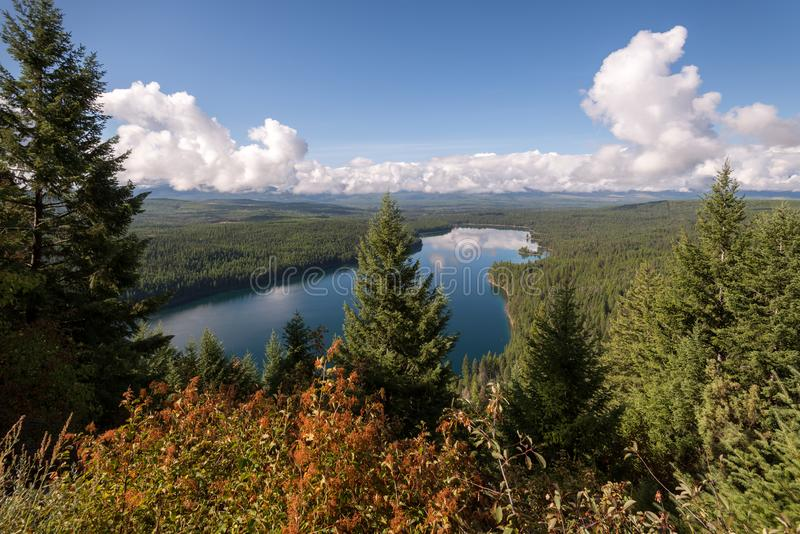 Opinión escénica Holland Lake en otoño foto de archivo