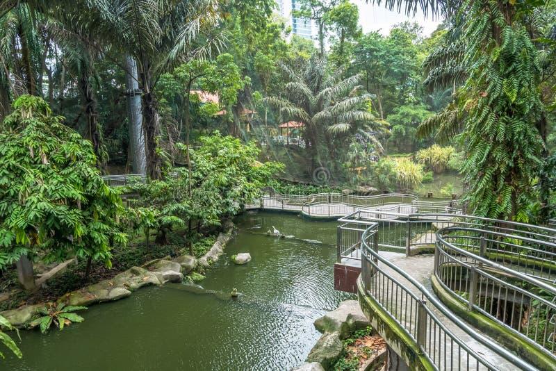 Opinión escénica Kuala Lumpur Bird Park, es también bien sabido como ` sin llamar de la pajarera del Libre-vuelo más grande del ` imagen de archivo libre de regalías