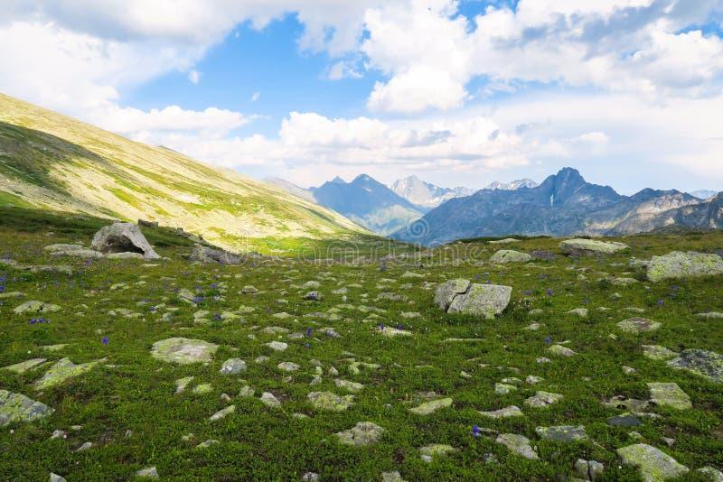 Opinión escénica ocultada del valle pintoresco de la montaña Montañas de Altai foto de archivo