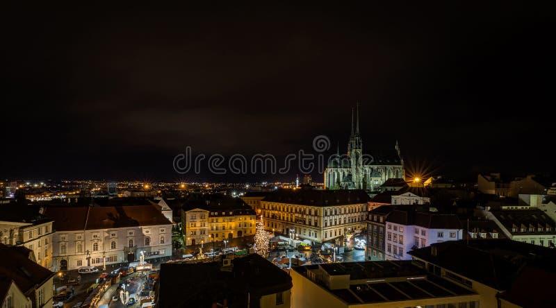 Opinión escénica sobre el centro de Brno de los chrismas, el trh de Zelny y la catedral de San Pedro imagen de archivo libre de regalías