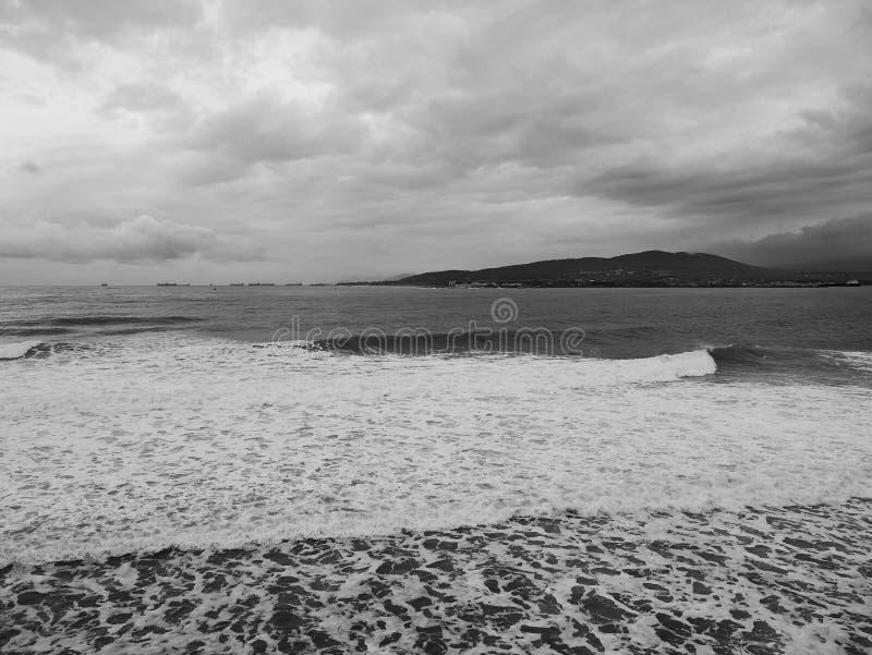 Opinión escénica sobre una mañana fría del invierno lluvioso en el fondo de la costa del Mar Negro imagen de archivo
