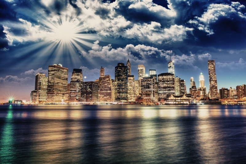 Opinión espectacular de la puesta del sol de un horizonte más bajo de Manhattan de Brooklyn imágenes de archivo libres de regalías